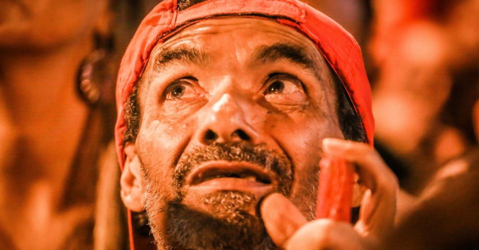 Ativista se emociona durante ato contra a ordem de prisão do presidente Luiz Inácio Lula da Silva realizado na sede do Sindicato dos Metalúrgicos, em São Bernardo do Campo (SP)