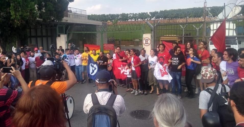 7.abr.2018 - Dezenas de apoiadores do ex-presidente Lula se reúnem em frente à entrada do pavilhão de autoridades do Aeroporto de Congonhas, em São Paulo, de onde o petista deveria seguir para Curitiba
