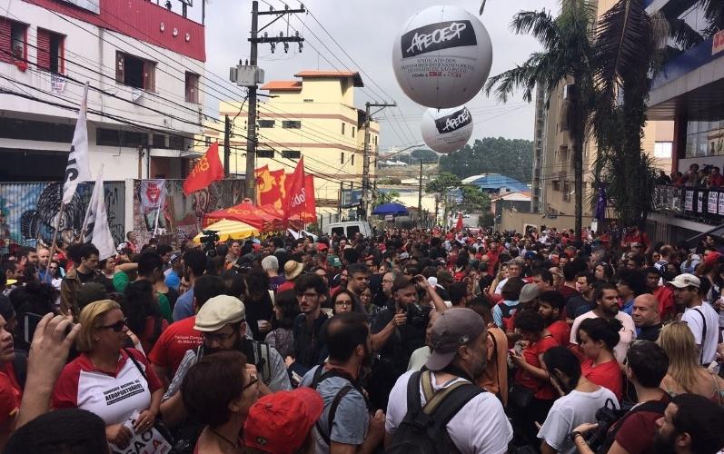 7.abr.2018 - Militantes lotam a rua da entrada principal do Sindicato dos Metalúrgicos do ABC, em São Bernardo do Campo (SP), onde está o ex-presidente Luiz Inácio Lula da Silva, na manhã deste sábado (7)