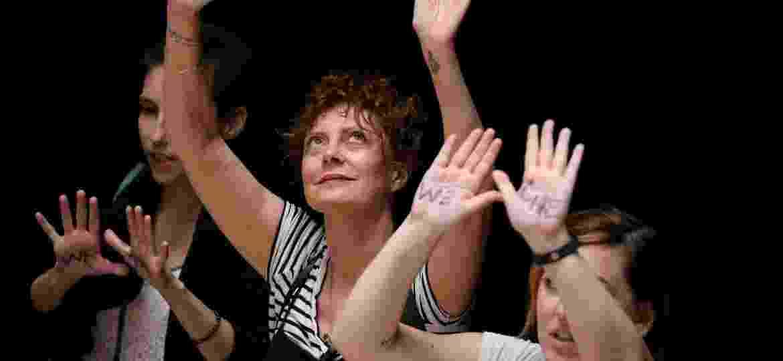 28.jun.2018 - A atriz Susan Sarandon está entre as mulheres presas durante um protesto contra a política do governo Trump sobre imigração - Jonathan Ernst/Reuters