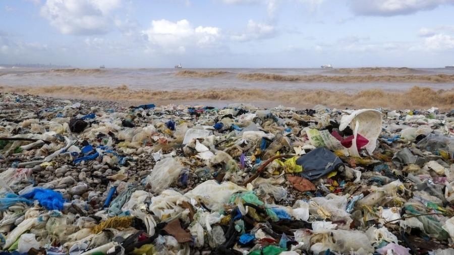 O lixo plástico flutua pelos oceanos, ameaça a vida marinha e polui cada vez mais as praias - Getty Images
