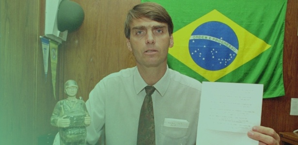 O então deputado Jair Bolsonaro em seu gabinete na Câmara - Arquivo