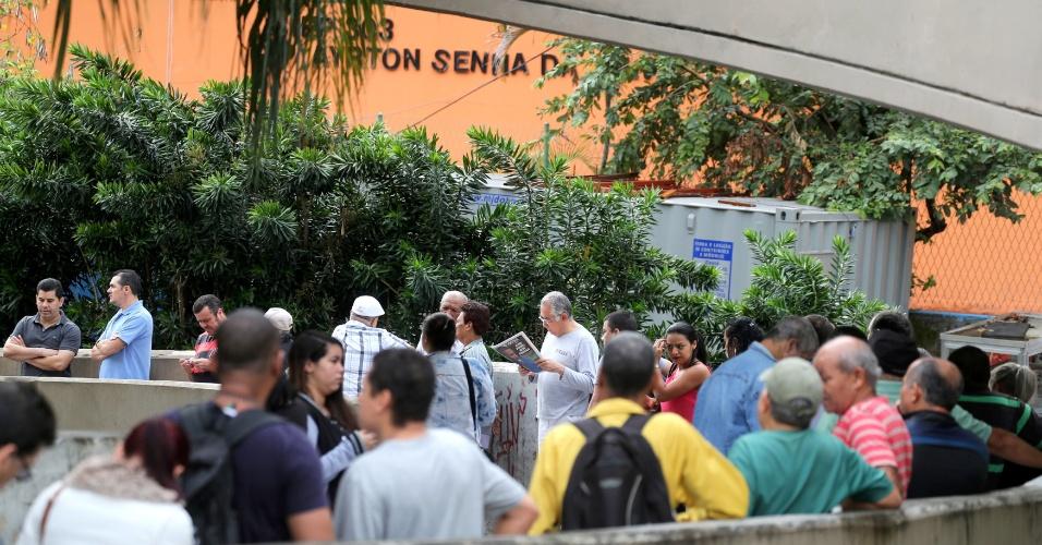 Eleitores se reúnem em fila no Rio de Janeiro e aguardam o início das votações neste domingo