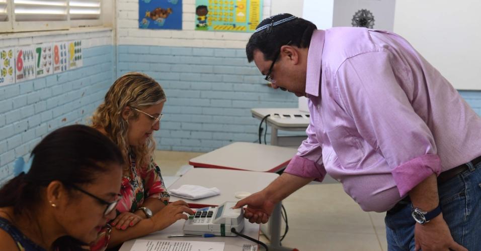 28.out.2018 - Eleitor vota em Brasília para o segundo turno