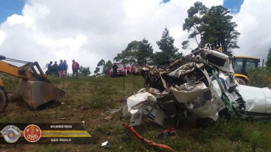 Bombeiros resgatam 6 corpos de dentro de helicóptero que caiu na serra da Mantiqueira - Corpo de Bombeiros PMSP/Twitter