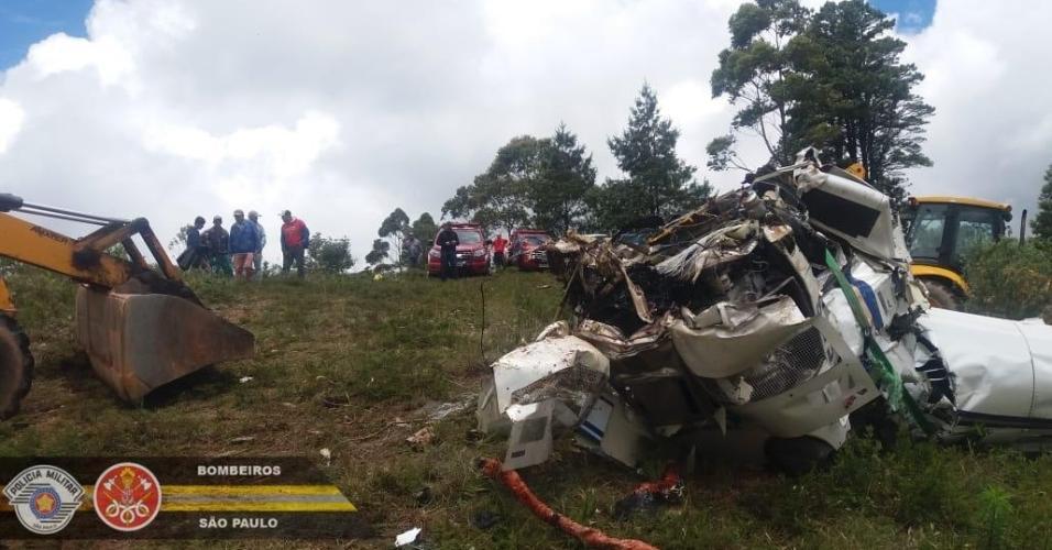 Bombeiros resgatam os seis corpos de queda de helicóptero em São Paulo