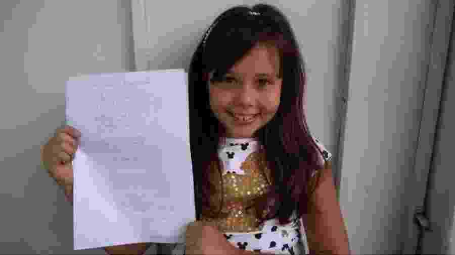 Helena Silva, de 10 anos, ficou emocionada com o trabalho dos bombeiros de Brumadinho e escreveu uma poesia em sua homenagem  - Arquivo pessoal