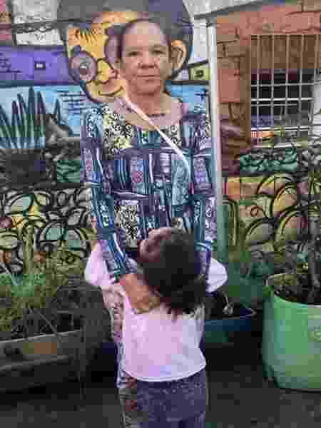 Marinalva e a neta em busca de doações para garantir a alimentação da família - Mariana Sanches/BBC