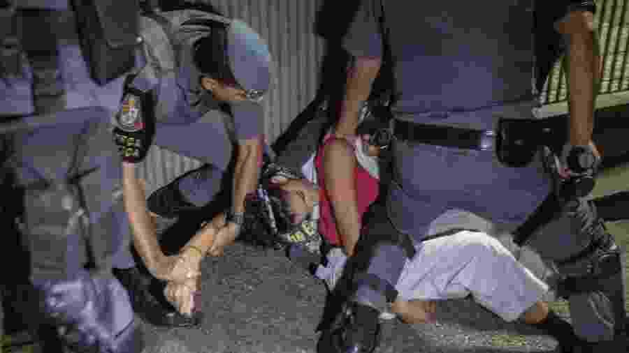 Polícia dispersou os manifestantes com bombas e balas de borracha; três pessoas foram detidas na rua Xavier de Toledo - Taba Benedicto/Estadão Conteúdo