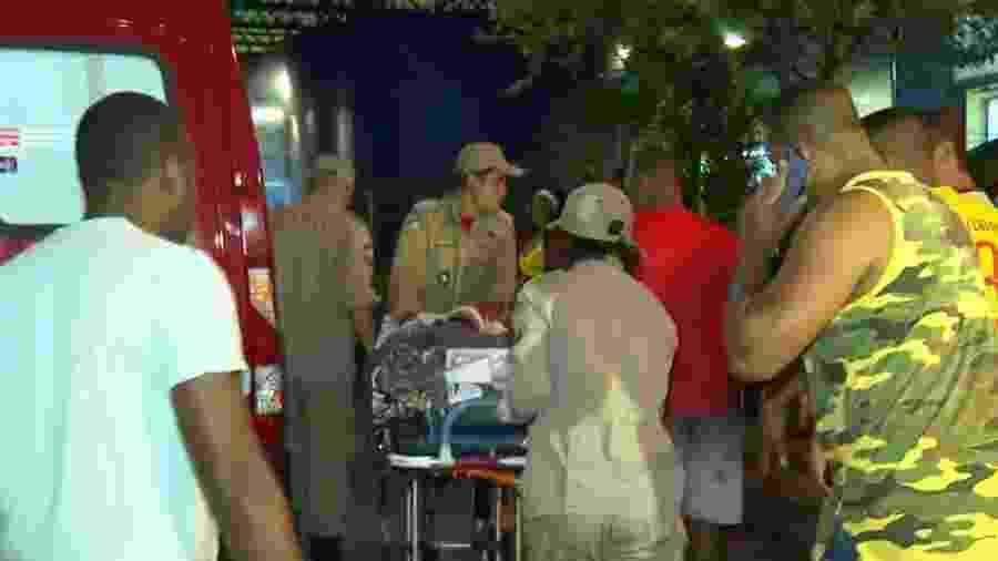 Menino de 5 anos é socorrido após ser baleado em Engenho Novo, no Rio - Reprodução/TV Globo