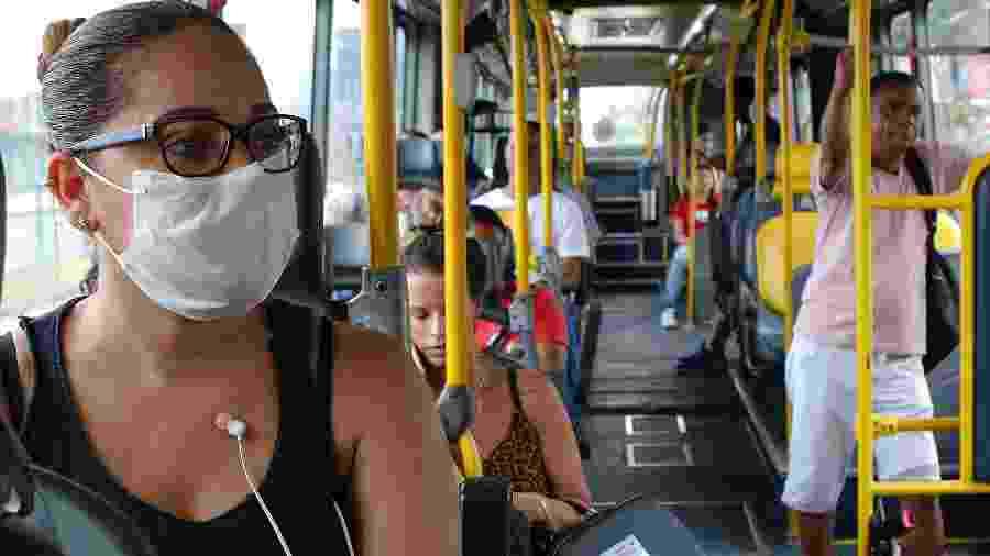 17.mar.2020 - Passageira com máscara na cidade do Rio de Janeiro - REGINALDO PIMENTA/AGÊNCIA O DIA/AGÊNCIA O DIA/ESTADÃO CONTEÚDO