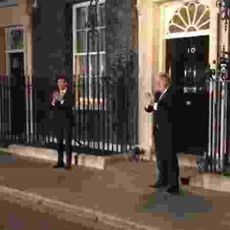 Boris Johnson aplaudindo o sistema inglês de saúde pública na porta de sua residência - Reprodução/Twitter @BorisJohnson