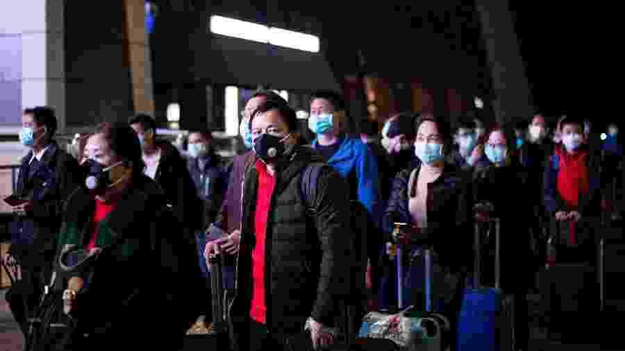 Pessoas fazem fila na estação ferroviária de Wuhan, na China - NOEL CELIS / AFP