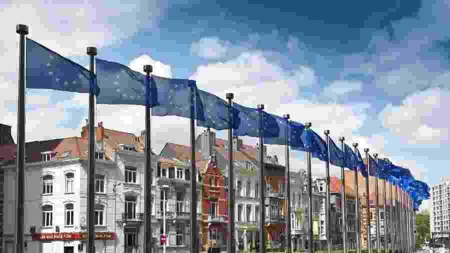 Parlamento Europeu com bandeiras da União Europeia em Bruxelas, na Bélgica - Getty Images