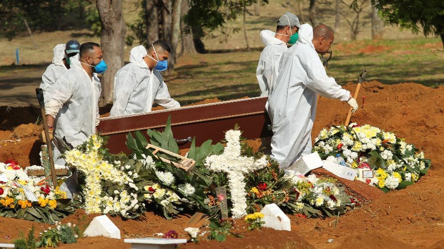 1.ago.2020 - Movimentação no Cemitério de Vila Formosa, na zona leste da cidade de São Paulo, em meio à pandemia do Coronavírus - ROBSON ROCHA/AGÊNCIA F8/ESTADÃO CONTEÚDO