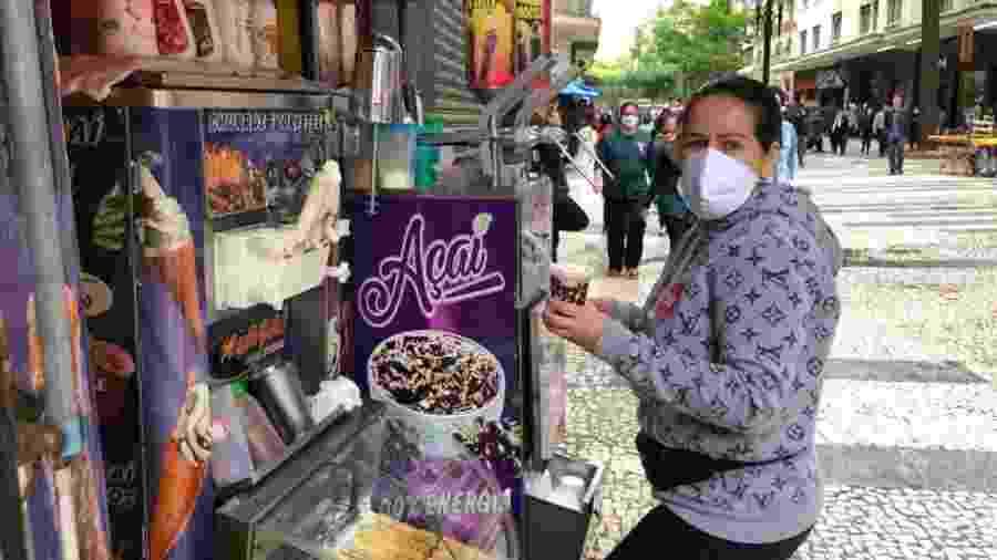 Eliana dos Santos não tira a máscara em momento algum enquanto vende sorvetes na República - Lucas Borges Teixeira/UOL