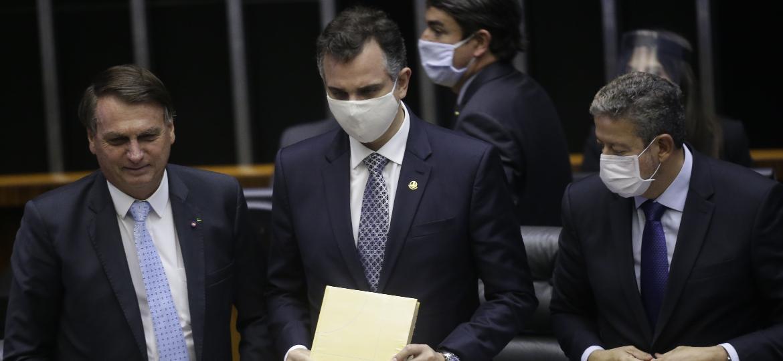 Arthur Lira (à dir.), Rodrigo Pacheco (centro) e Jair Bolsonaro (à esq.) participam da sessão de abertura do ano legislativo, no Plenário do Congresso Nacional, em Brasília - DIDA SAMPAIO/ESTADÃO CONTEÚDO