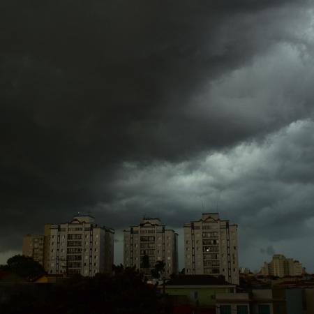 Nuvens carregadas de chuva em São Paulo - ROBERTO CASIMIRO/ESTADÃO CONTEÚDO