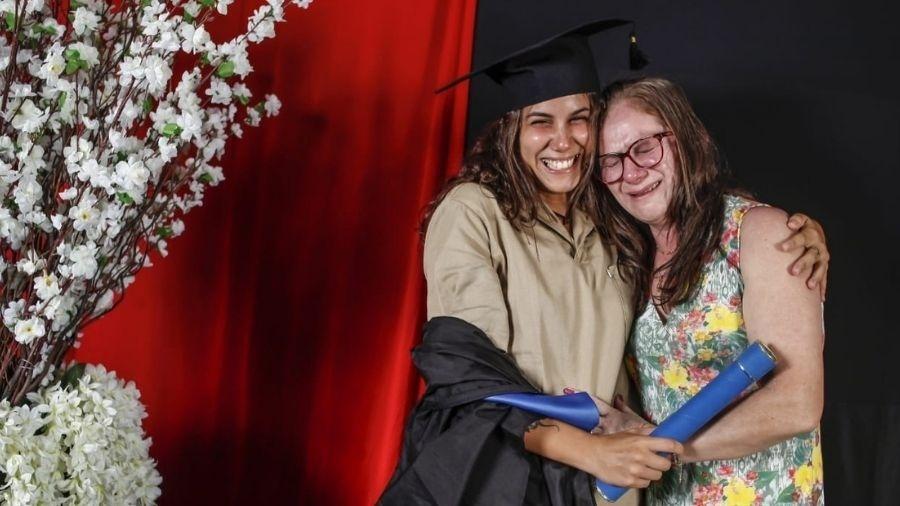 Mãe atua como faxineira e teve ajuda da filha para terminar os estudos - Ana Comparini/Divulgação