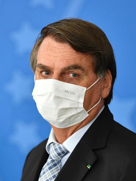 De máscara, presidente Jair Bolsonaro (sem partido) participa de cerimônia para assinatura da MP das Vacinas - Mateus Bonomi/AGIF/Estadão Conteúdo