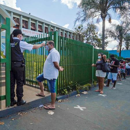 Voluntários fazem fila em um dos postos de vacinação participantes do estudo do Butantan em Serrana (SP) - Divulgação/Instituto Butantan