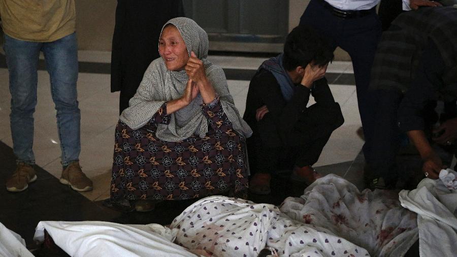 Familiares e corpos das vítimas - Zakeria Hashimi/AFP