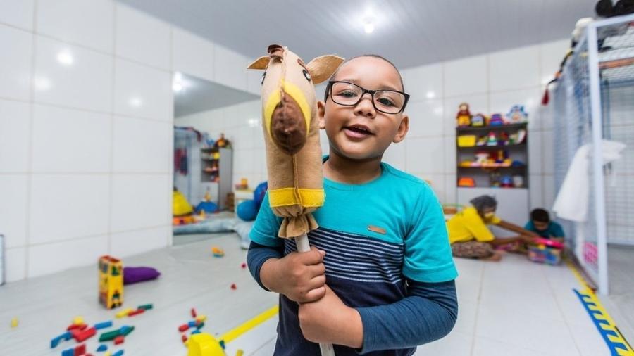 Erik, de 5 anos, apresenta dificuldades na fala; ele deixou de ir a escola por causa da pandemia -