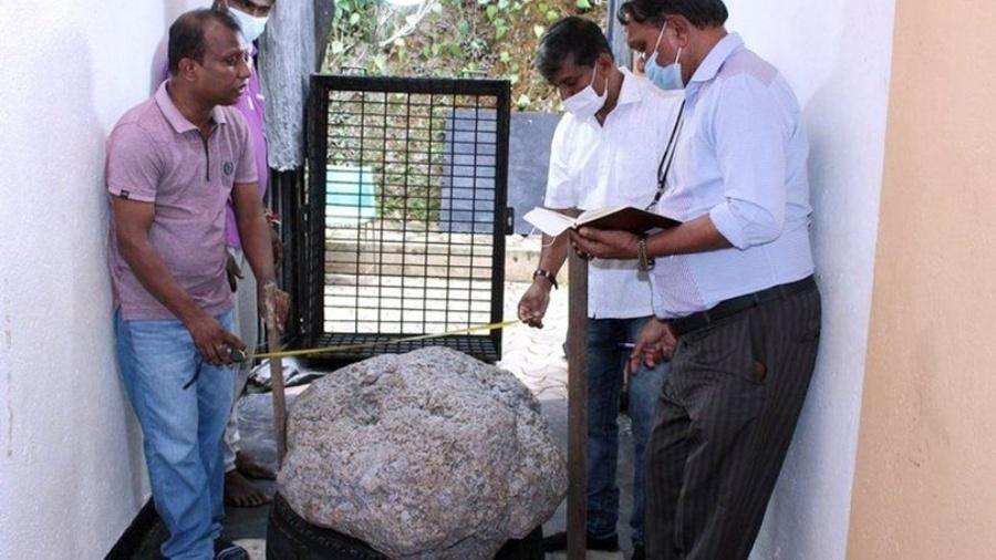 Imagem das autoridades medindo a rocha de safiras - Reprodução/Arquivo Pessoal