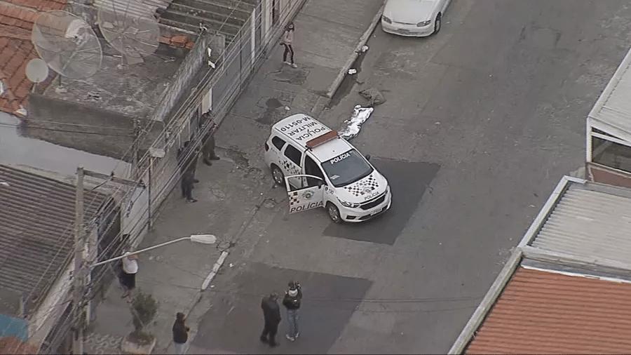 Um morador de rua morreu atropelado após dormir embaixo de um caminhão na zona norte de São Paulo - Reprodução TV Globo