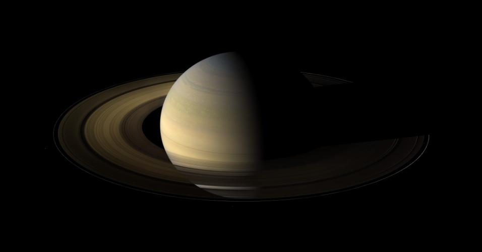 27.ago.2015 - SATURNO - É o último planeta do Sistema Solar que pode ser observado a olho nu da Terra. Assim como Júpiter, Saturno é um planeta gigante e gasoso, que tem uma atmosfera composta basicamente de hidrogênio e hélio. Super furacões tomam conta da atmosfera superior do planeta com ventos que podem chegar a 1.800 km/h. São esses ventos combinados com o calor intenso no centro do planeta que dão o aspecto de um amarelo-dourado a Júpiter. A imagem formada por um mosaico de fotos mostra um equinócio de Saturno registrado pela Cassini, em 2009