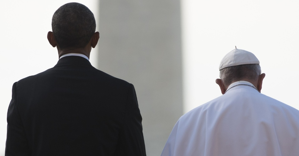 23.set.2015 - O presidente dos EUA, Barack Obama, e o papa Francisco ficam lado a lado durante chegada à cerimônia no gramado sul da Casa Branca, em Washington