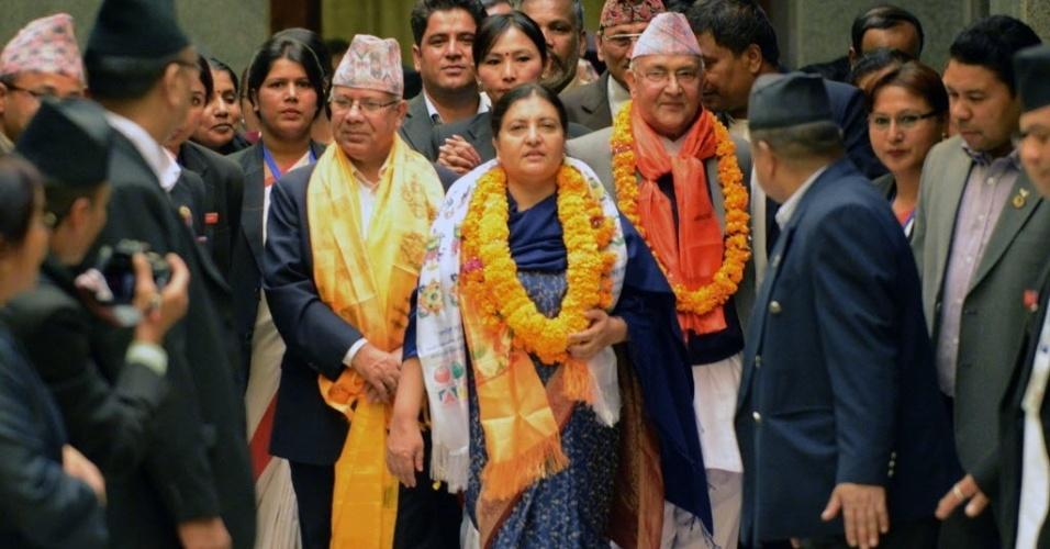 28.out.2015 - A presidente eleita do Nepal, Bidhya Bhandari, deixa o parlamento depois de anunciada a vitória eleitoral em Katmandu. Bhandari é a primeira presidente mulher do país
