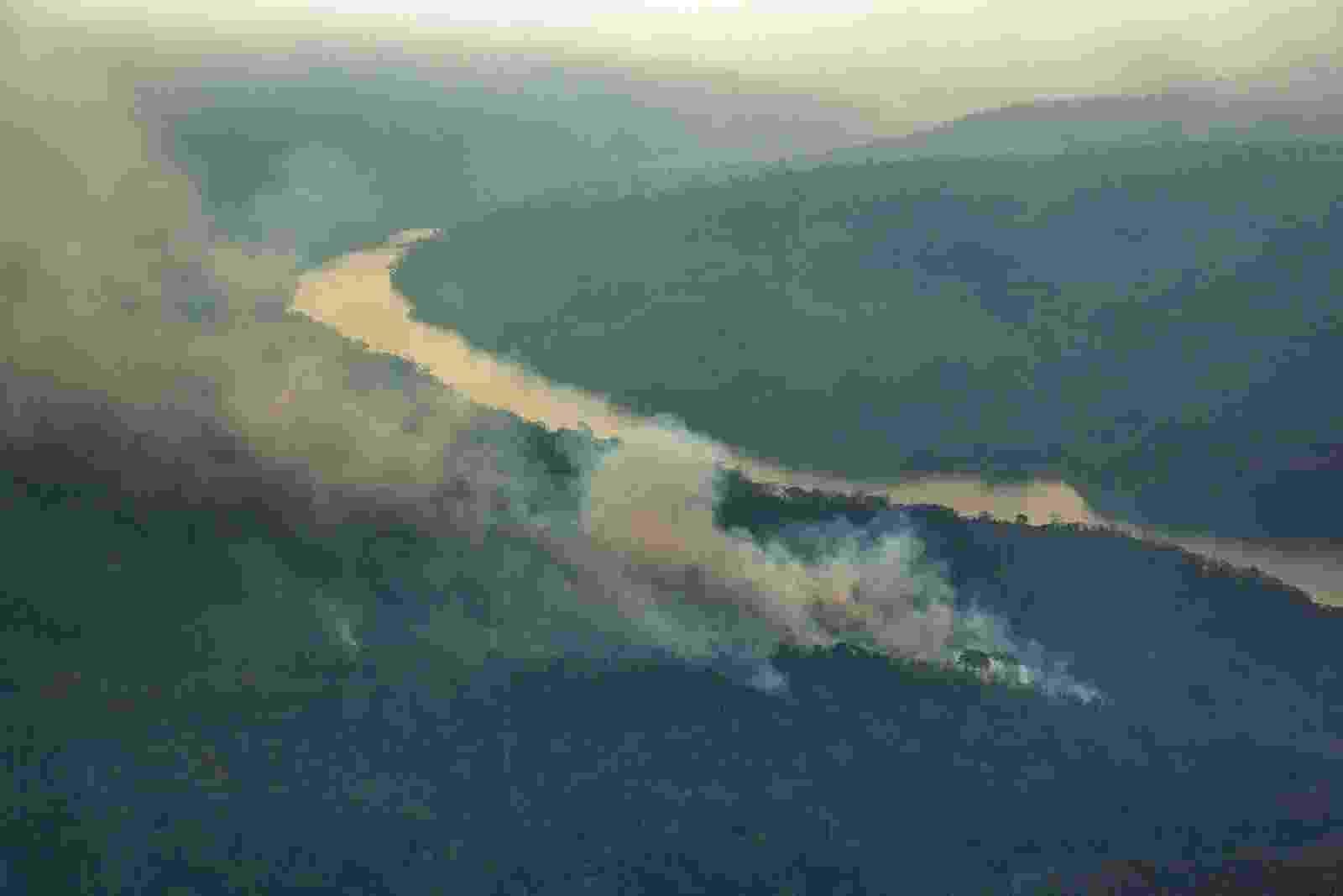 28.out.2015 - Foto aérea mostra incêndio florestal na terra indígena Arariboia, no Maranhão, onde vivem 12 mil Guajajaras e cerca de 80 índios isolados do povo Awá-Guajá. O incêndio dura dois meses e é o maior já registrado em terras indígenas no Brasil, segundo o Greenpeace - Marizilda Cruppe / Greenpeace