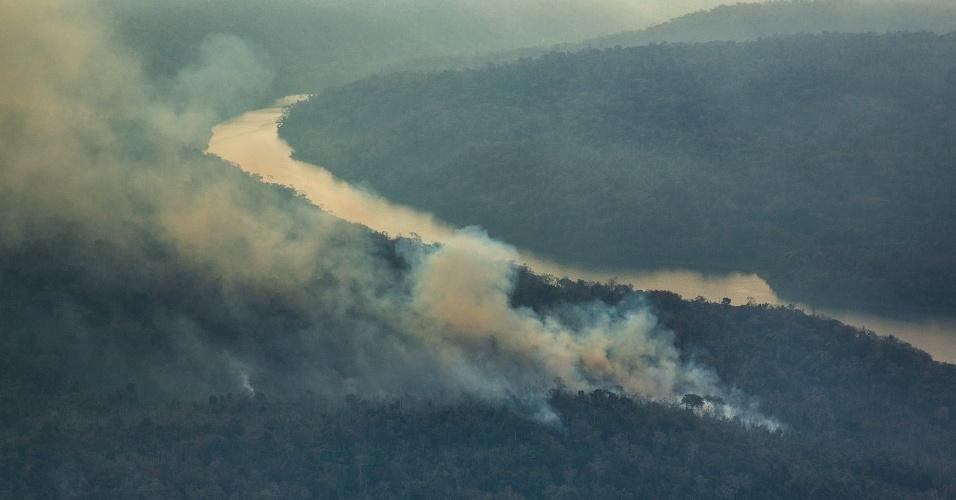 28.out.2015 - Foto aérea mostra incêndio florestal na terra indígena Arariboia, no Maranhão, onde vivem 12 mil Guajajaras e cerca de 80 índios isolados do povo Awá-Guajá. O incêndio dura dois meses e é o maior já registrado em terras indígenas no Brasil, segundo o Greenpeace