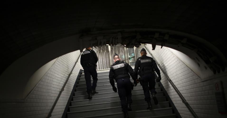 15.nov.2015 - Policial faz patrulha em estação de metro de Paris, dois dias após a capital francesa ser alvo de ataques terroristas. Ao menos 129 pessoas morreram e outras 350 ficaram feriadas. A autoria das ações foi assumida pelo grupo extremista Estado Islâmico