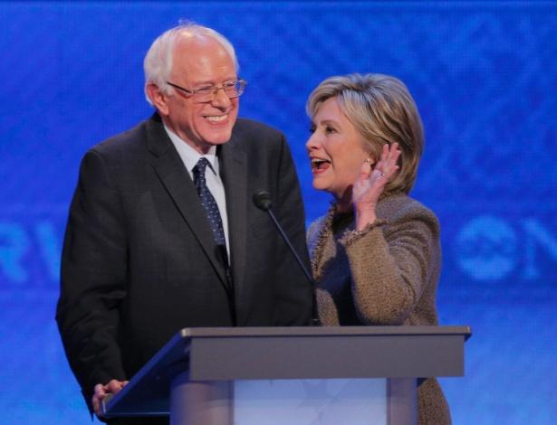 Senador Bernie Sanders e a ex-secretária de Estado Hillary Clinton, pré-candidatos democratas à Presidência dos Estados Unidos, em foto de dezembro de 2015