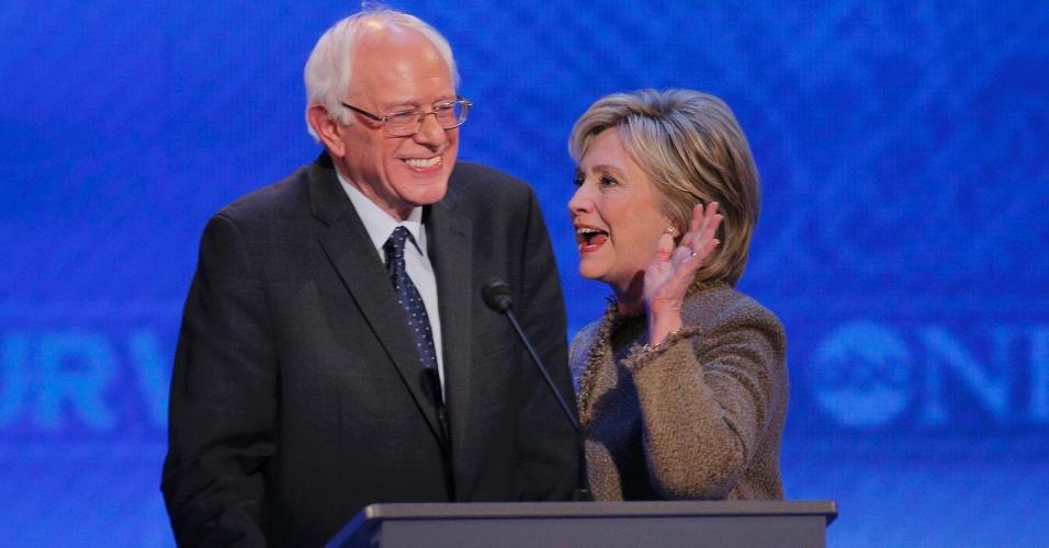 20.dez.2015 - Os pré-candidatos democratas à presidência dos EUA, senador Bernie Sanders e ex-secretária de Estado Hillary Clinton, se cumprimentam ao durante intervalo de debate entre eles, realizado em Manchester (New Hampshire)