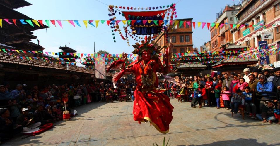 24.jan.2016 - Vestido como a deusa Kumari, hinduísta realiza dança religiosa durante o festival Siddhi em Katmandu, capital do Nepal. O festival é celebrado uma vez a cada 12 anos com desfiles e danças em reverência a deuses hindus como Bhairava e Ganesha