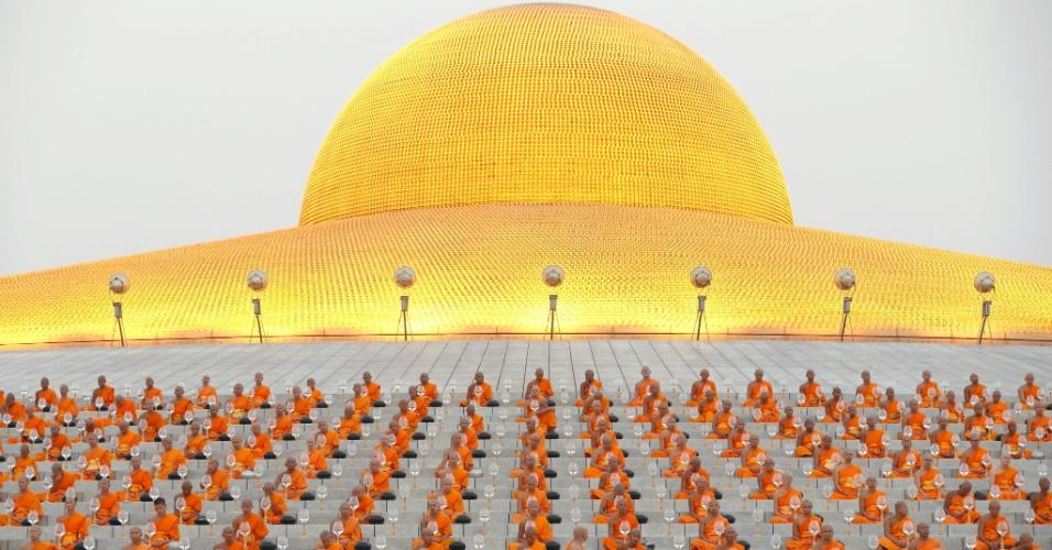 22.fev.2016 - Dezenas de monges fazem meditação para celebrar o dia de Makha Bucha no templo Wat Phra Dhammakaya, nos arredores de Bancoc, na Tailândia. O Makha Bucha é uma das datas mais importantes para os budistas tailandeses