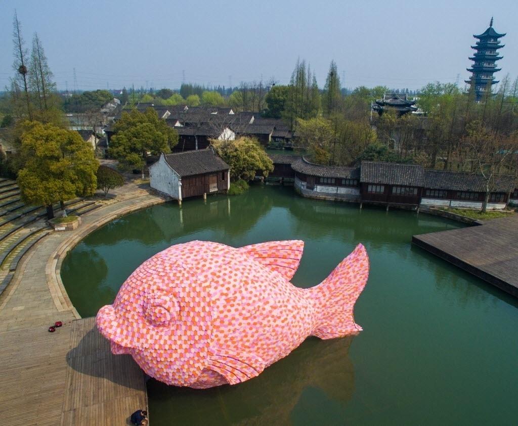 """27.mar.2016 - A escultura """"Peixe Flutuante"""" foi instalada em frente ao teatro de Wuzhen, província de Zhejiang, na China. A obra foi projetada por Florentijn Hofman, também conhecido por criar um pato de borracha gigante para Exposição de Arte Contemporânea de Wuzhen em 2013"""