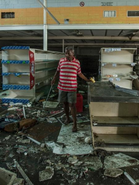 Arquivo - Homem procura por comida em supermercado saqueado em Cumaná, na Venezuela - Meridith Kohut/The New York Times