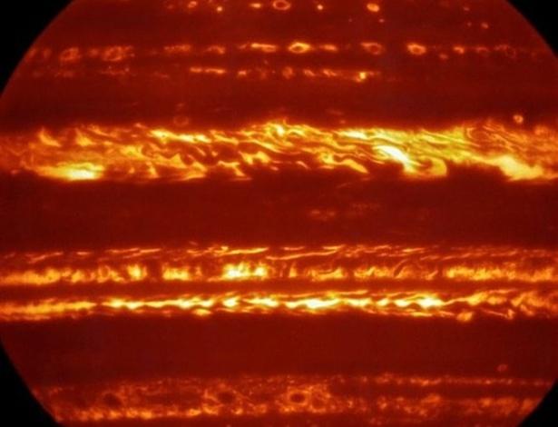 Imagem de Júpiter, colorida artificialmente, foi produzida por um equipamento de megatelescópio que consegue estudar a luz infravermelha de objetos celestes
