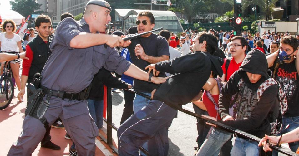 3.jul.2016 - Policial militar reprime manifestante contrário ao deputado federal Jair Bolsonaro (PSC-RJ) na avenida Paulista, em São Paulo. A via foi palco neste domingo de um outro protesto a favor do parlamentar, que reuniu cerca de 50 pessoas. Os manifestantes pró-Bolsonaro tiveram que ser escoltados pela PM