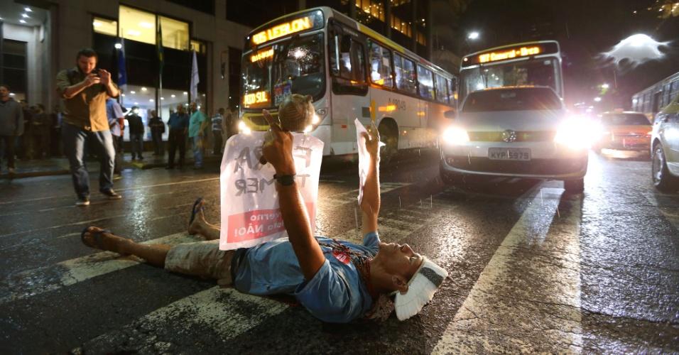 31.ago.2016 - Manifestantes protestam contra o impeachment da ex-presidente Dilma Rousseff na Cinelândia, no centro do Rio de Janeiro.  O impeachment foi aprovado por 61 votos a favor e 20 contra.  Não houve abstenções.
