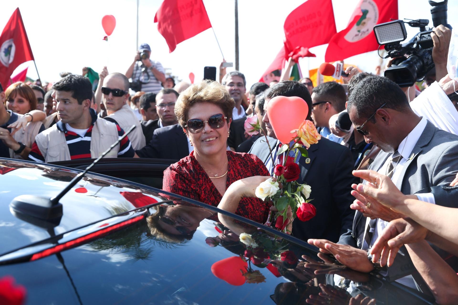 6.set.2016 - A ex-presidente Dilma Rousseff recebe flores de militantes ao deixar o Palácio da Alvorada com destino à Base Aérea de onde embarcará em avião da FAB para Porto Alegre