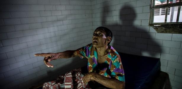 Margarita Silva, uma paciente esquizofrênica, grita por enfermeiros em sua cela no hospital psiquiátrico El Pampero, em Barquisimeto, Venezuela. Ela é mantida isolada após morder e comer o nariz de outros pacientes