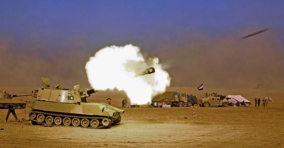 20.out.2016 - Tanque iraquiano M109 dispara contra a vila de Tall al-Tibah, a 30 km de Mossul. O Exército iraquiano tenta retomar a cidade de 1,5 milhão de habitantes considerada bastião do Estado Islâmico