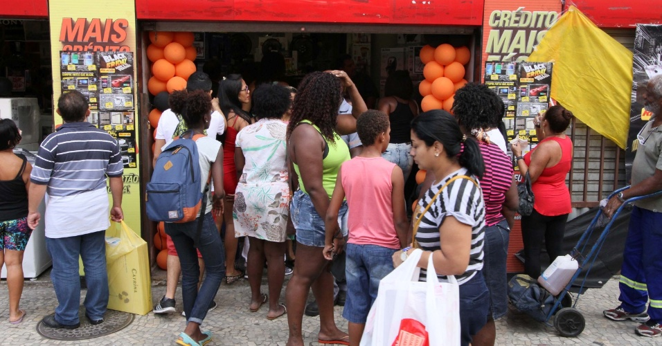 25.jan.2016 - Black Friday atrai clientes a lojas do centro do Rio de Janeiro, nesta sexta-feira (25)