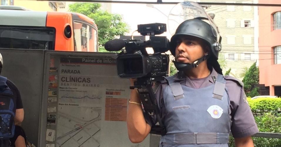 Policial militar grava passagem dos manifestantes pela avenida Rebouças e não apresenta identificação na lapela, o que é proibido pela corporação
