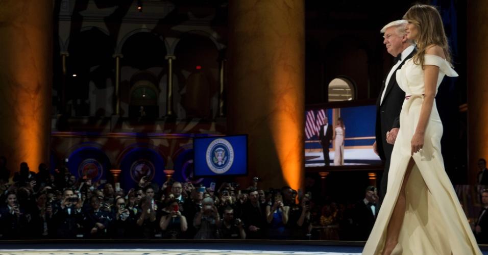20.jan.2017 - Presidente Donald Trump chega com a primeira-dama, Melania, para o segundo baile da noite, o Baile das Forças Armadas